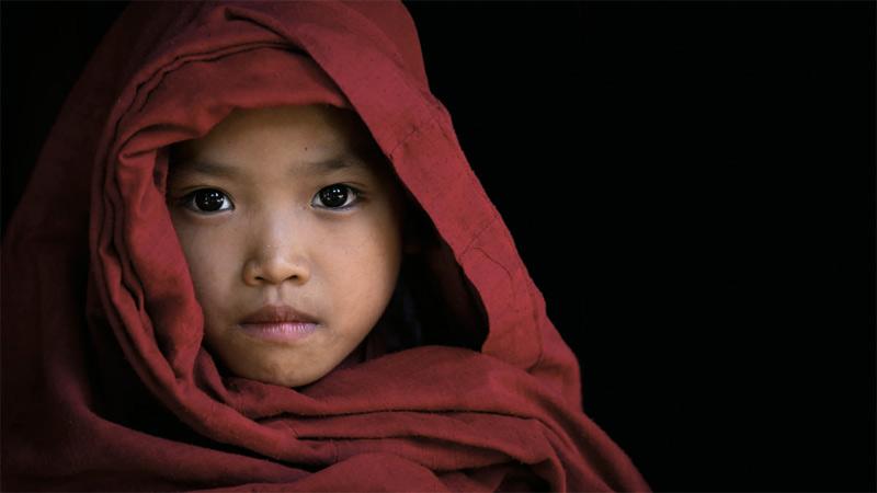 Послушник возрастом около 6-7 лет. Многие молодые монахи, посещающие местные буддийские монастырские школы, это сироты или дети из бедных семей. В школу их направляют для того, чтобы у них была крыша над головой, питание и возможность получить образование. Монахами послушники становятся в 20 лет.