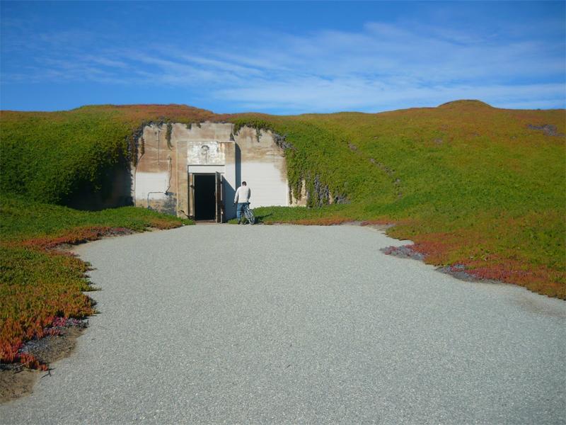 Бункер Дьявольский Сан-Матео, Калифорния В 1930 году этот бункер считался главным центром развития военных технологий. Долгое время место оставалось засекреченным, затем военные решили, что бункер себя исчерпал и просто бросили его на произвол судьбы. В 1980 году бункер был продан частному лицу, пожелавшему остаться неизвестным.