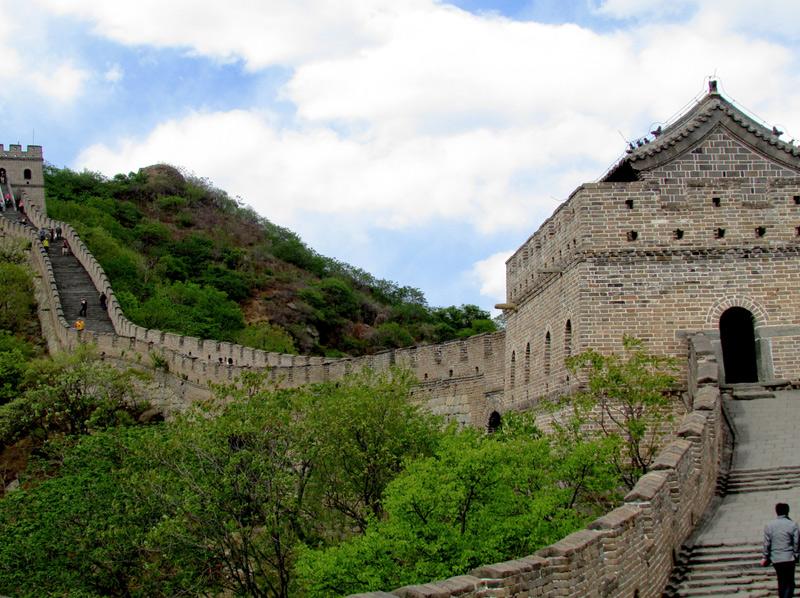 Великая Китайская стена Ну и, конечно, будучи в Поднебесной нельзя не посетитькрупнейший памятник архитектуры, простирающийся на 8851,9 км. по северному Китаю. На стену поднимаются либо пешком, либо на фуникулере. А спуститься с нее можно как способами, предложенными для восхождения, так и воспользовавшись горкой, по которой скатываются на специальной тележке.