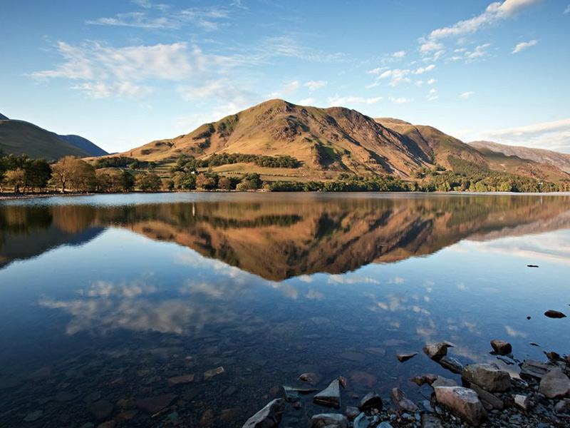Лейк-Дистрикт, Великобритания Площадь: 2292 км² Свое название парк получил благодрая обилию озер. Территория парка сформировалсь в результате оледенения. Границы природоохранной зоны практически совпадают с Камберлендскими горами. В парке находятся четыре крупнейших озера Англии — Уиндермир, Алсуотер, Бассентуэйт, Деруэнт-Уотер и самая высокая гора Англии Скофел-Пайк.