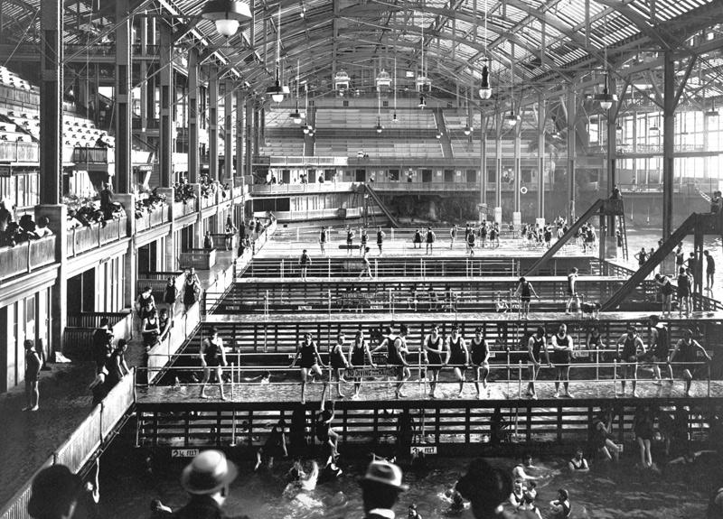 Ванны Сютро, Сан-Франциско Семь бассейнов с водой различной температуры, расположенные под стеклянным куполом, открылись в 1864 году. Комплекс мог принять до 10 000 человек. Несмотря на большую вместимость и популярность, из-за высоких эксплуатационных расходов проект оказался коммерчески провальным. Во время Великой депрессии на месте бассейнов открылся ледовый каток. В 1964 году убыточный комплекс закрыли, а два года спустя он был уничтожен пожаром.