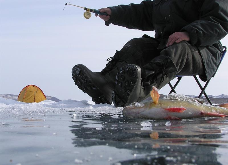 Снаряжение Не забудьте про свое снаряжение! Ему необходимо уделить немало внимания. Вам понадобятся удилища, несколько видов блесны и леска. Каждая леска – моно-, флюорокарбоновая и плетеная – хороша по-своему. К примеру, плетеная отлично работает в плане подсечения рыбы, а также ее сложно не заметить на льду.