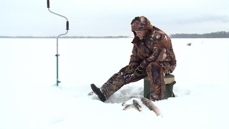 Одежда Позаботьтесь о своем облачении. Не нужно выходить на лед в межсезонной кожанке, закатав рукава так, что было бы видно крутые татуировки. Смотреть все равно никто не будет, да и еще и пальцем у виска покрутят. Одеваться следует методом наслаивания: обязательно термобелье, штаны из флиса и толстовка, сверху – непромокаемый специальный костюм для зимней рыбалки, а на ноги – рыбацкие сапоги или валенки с резиновыми галошами. Вытаскивать из шкафа шубу тоже не стоит – одежда должна быть теплой, но легкой, вы не должны под ней покрываться потом.
