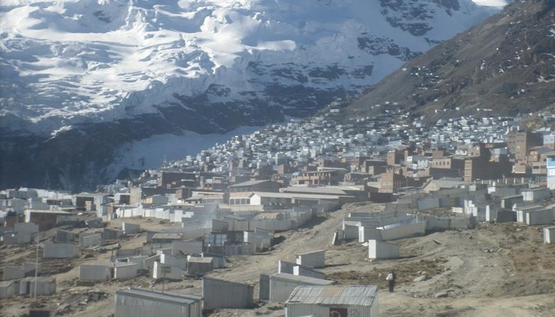 Ла-Ринконада, Перу Город расположен в Андах на высоте около 5100 м над уровнем моря. Это самый высокий населенный пункт на планете. Переселяться в эту экстремальную местность люди стали из-за залежей золотой руды. В городе слабо развита система канализации и сточных вод, при этом население Ла-Риконады продолжает неуклонно расти. В 2009 году в городе проживало около 30 тыс. человек.