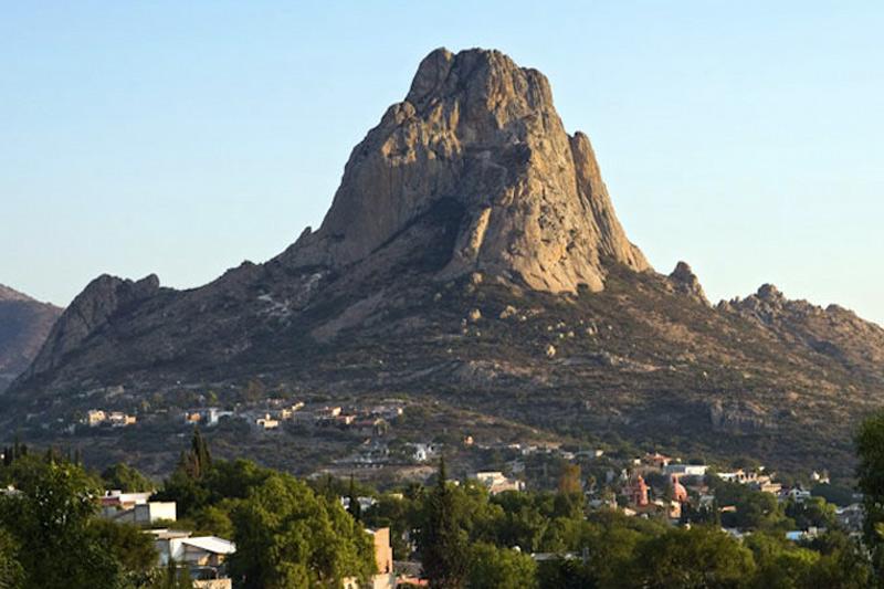 Пенья-де-Берналь, Мексика Гора высотой в 350 метров сложена дацитом — высокосиликатной магматической вулканической породой. По мнению геологов, сформировался монолит во времена юрского периода.