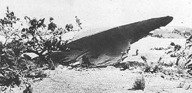 Розуэлльский инцидент В июле 1947 года все население небольшого городка Розуэлл проснулось знаменитым. Неподалеку от поселения рухнул загадочный летающий объект, моментально изъятый службами безопасности страны. Следующие тридцать лет об инциденте никто не вспоминал — настолько оперативно сработало ЦРУ. Затем, в 1978 году, свет увидело интервью с одним из непосредственных участников операции, майором Джесси Марселем. Он прямо заявил, что его группа несла ответственность за транспортировку и сохранность как потерпевшего катастрофу НЛО, так и его инопланетного пилота. История Марселя до сих пор считается уфологами прямым доказательством существования внеземных форм жизни — несмотря на все уверения ФБР о том, что причиной «Розуэлльского инцидента» стал самый обычный метеозонд.