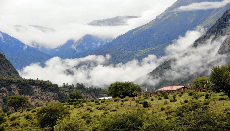 Мотуо, Китай С внешним миром место соединяет 200-метровый подвесной мост. Все другие дороги были либо уничтожены горными лавинами, либо селями. Буддисты считают место священной землей. Население Мотуо составляет 10 000 жителей.