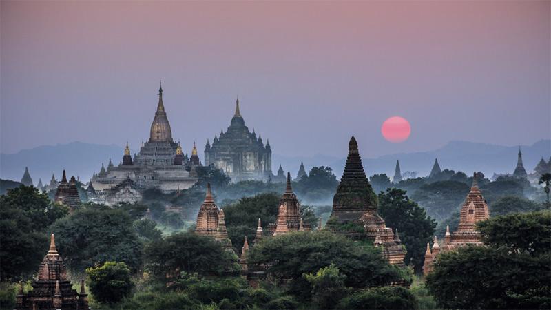 Буддийские храмы Ананда и Табани на закате. В Багане, древней столице одноименного царства на территории Мьянмы, находится более 2000 храмов. Многим из них около 1000 лет.