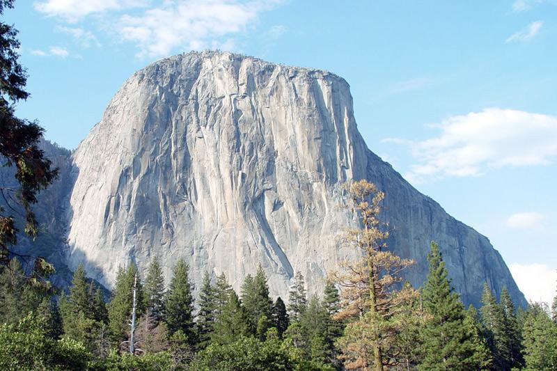 Эль-капитан, США Гора нависает над долиной Йосемити. Эль-капитан считается крупнейшим в мире гранитным монолитом. Его вершина находится на высоте 910 метров. Это излюбленное место альпинистов и бейсджамперов.