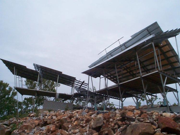 Дом Розака Дарвин, Австралия Нужно иметь стальные яйца, чтобы построить дом на сваях в стране циклонов. Даже если это жилье останется без электричества из-за очередного урагана, солнечные батареи и системы сбора дождевой воды позволят жильцам жить на самообеспечении. До тех пор, пока дом не будет отстроен заново.