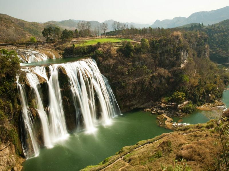 Водопад Хуангошу Это самый высокий водопад в Азии. Его высота составляет 78 метров, а ширина достигает 101 метра. Хуангошу считается одним из немногих в мире водопадов, который можно рассматривать под шестью различными углами.