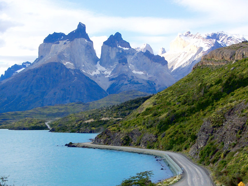 Торрес-дель-Пайне, Чили Площадь: 2420 км² Парк расположился в 140 километрах севернее города Пуэрто-Наталес, на юге Чили. Символами парка являются многочисленные горы, высота которых может достигать 3000 метров, глетчеры, фьорды и озера. Самая высокая точка парка — гора Пайне-Гранде высотой в 3050 метров. Другой визитной карточкой парка является большое разнообразие фауны: здесь обитают 118 видов птиц и 26 млекопитающих, включая гуанако, пуму, андского оленя, южноамериканскую лисицу. На территории парка собраны практически все ландшафты Патагонии.
