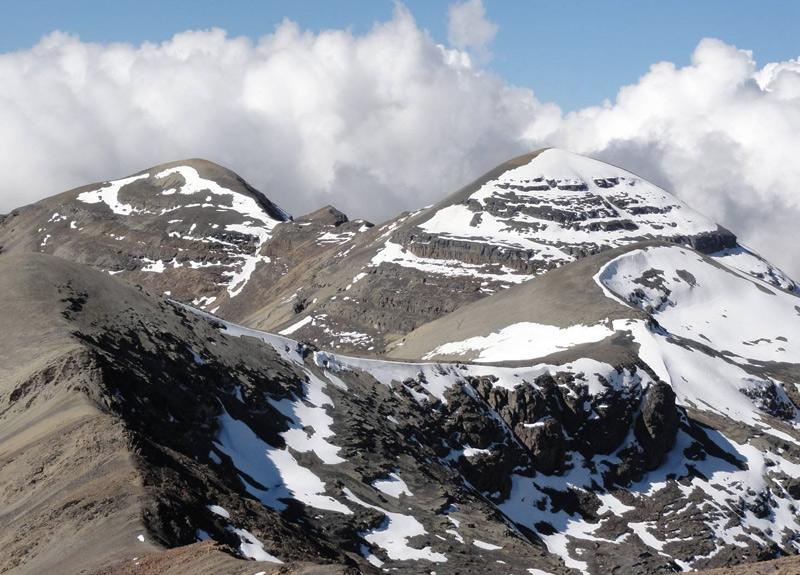Чакалтая, Боливия Единственный горнолыжный курорт в Боливии еще 15 лет мог похвастаться самой высокой трассой в мире. Однако в результате изменений климата ледник, сформировавшийся более 18 000 лет назад, стал стремительно уменьшаться в размерах. С 1980 года он уменьшился более, чем на 80 %. Пару лет назад снегом оставалось покрыто всего несколько квадратных метров. Эдсон Рамирес, сотрудник института гидрологии в Ла-Пасе, предполагает, что в 2015 году ледник полностью исчезнет.