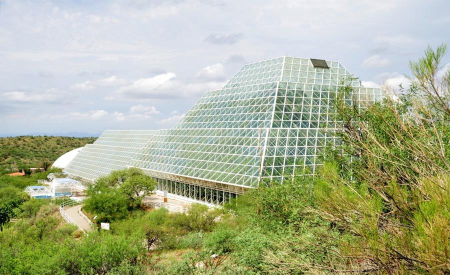 Проект «Биосфера-2» Пустыня Аризона Миллиардер Эдвард Басс задумал показать человечеству, насколько важна планета. Для этого он нанял ученых, которые разработали проект «Биосфера-2», моделирующий замкнутую экологическую систему. Главной задачей была поставлена идея о способности работы человека в полностью закрытой среде. По задумке Басса, успех эксперимента мог бы позволить человечеству устанавливать аналогичные комплексы на других планетах. Была построена огромная сеть герметичных зданий. В каждом из них поддерживалась своя экосистема. В течение двух лет на территории комплекса жила группа ученых, но сложности, с которыми они столкнулись во время эксперимента, не позволили развить его. В 1994 году проект закончил свое существование.