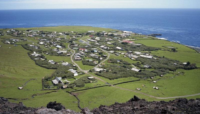 Тристан-да-Кунья, Великобритания Так же как остров Пасхи и острова Питкэрн, место является одним из самых удаленных населенных пунктов на Земле. Остров с одноименным названием, входящий в состав архипелага в южной части Атлантического океана, обитаем. На нем нет млекопитающих, а для постоянного проживания человека пригодна лишь северная и северо-западная части. В 2008 году население острова составляло 264 человека.