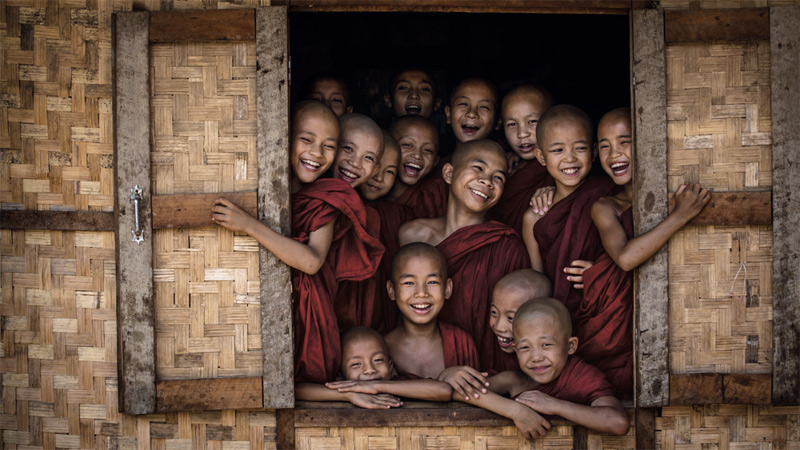 Будущие монахи в монастыре в Багане. Они веселые, любопытные и обладают таинственной силой, по-настоящему притягивающей окружающих. За предоставленную возможность запечатлеть неподдельные эмоции служителей в каждом храме Дэвид оставлял пожертвование.