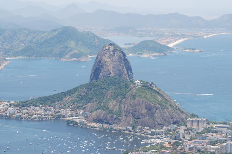 Сахарная голова, Бразилия Одна из визитных карточек Рио-де-Жанейро была создана самой природой. Образовалась гора в результате выветривания интрузивных магматических пород, оказавшихся на земной поверхности. Состоит монолит из гранита и кварца и поднимается над окружающим ландшафтом на 396 метров.