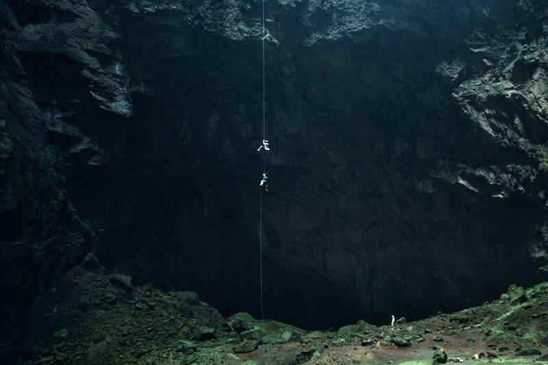 Горный массив Арабика, в котором расположена пещера, находится в 15 километрах к северо-востоку от курорта Гагры.