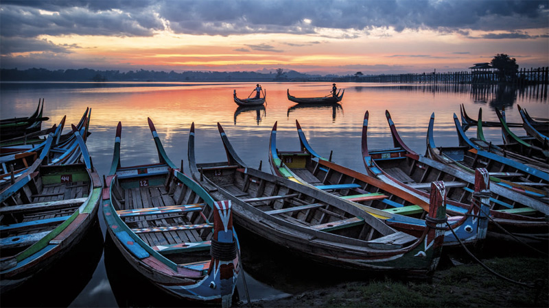 Рыбаки на рассвете на озере Тантаман.