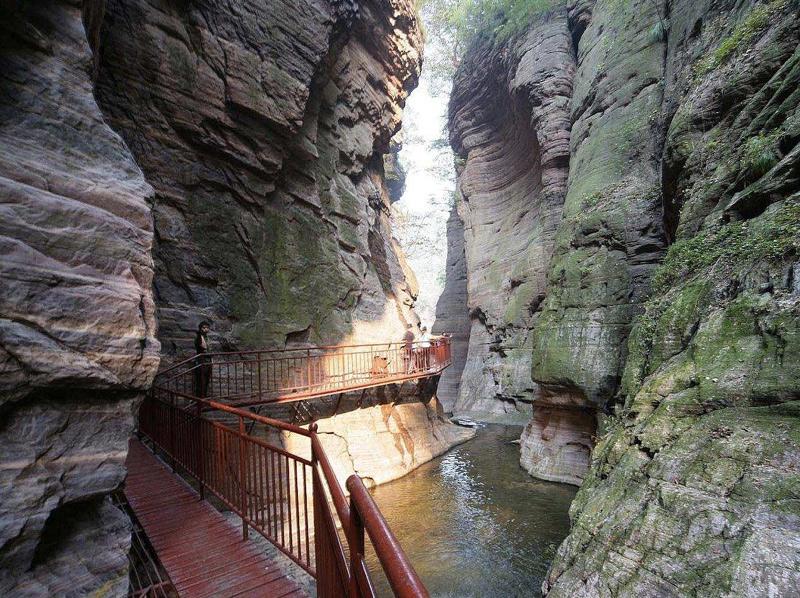 Ущелье Лунтань Ущелье напоминает геологический музей под открытым небом. Для удобства посещения простирающееся на 12 км. ущелье оборудовано пешеходными мостиками.