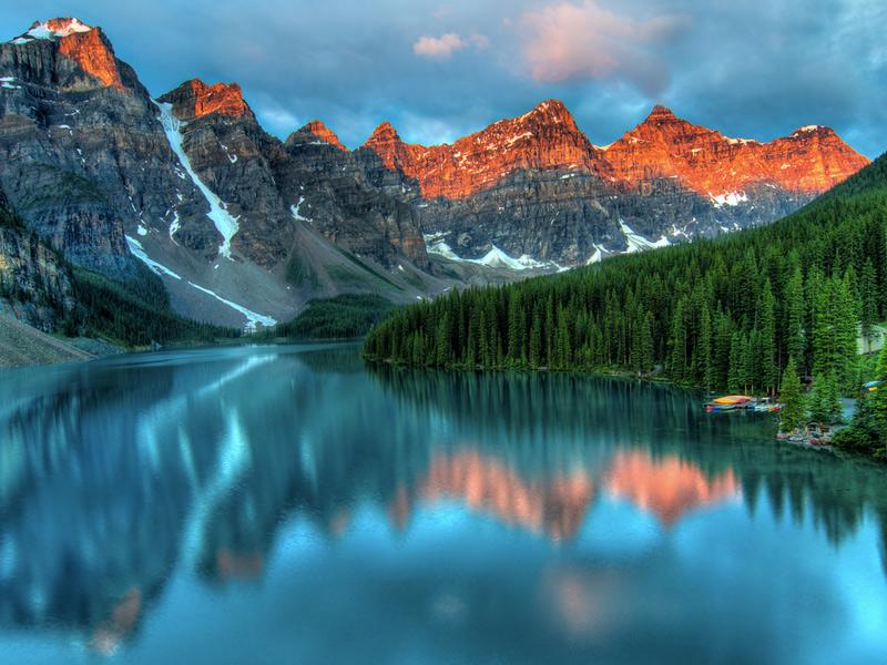 Банф, Канада Площадь: 6641 км² Парк находится в 110—180 км к западу от города Калгари в провинции Альберта. Ледники, ледовые поля и ледниковые озера, густые хвойные леса и альпийские пейзажи ежегодно привлекают в парк миллионы туристов. В парке обитает 56 видов млекопитающих, многих из которых можно увидеть в бинокль. В центре парка находится самый высокий населенный пункт Канады, город Банф, расположенный на высоте 1463 м над уровнем моря.