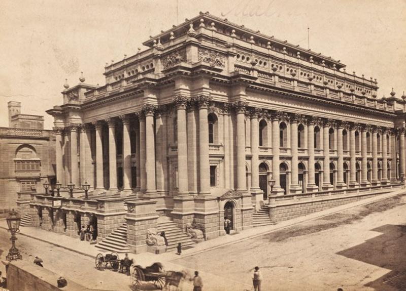 Королевский оперный театр Валлетты, Мальта Театр был построен по проекту британского архитектора Эдварда Миддлтона Барри. Здание театра стало одним из самых красивых в городе. Спустя всего 7 лет после открытия в театре произошел пожар. Огонь больше всего повредил интерьер театра, но уже к 1877 году театр восстановили. После повторного открытия театр простоял еще 65 лет: в 1942 году во время Второй мировой войны здание было полностью уничтожено в результате бомбардировок.