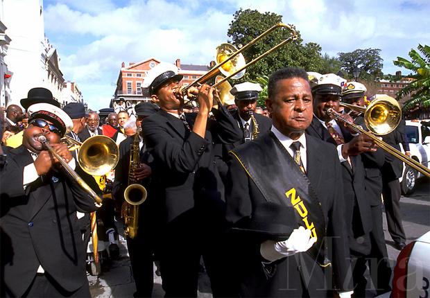 Врубайте джаз! Новый Орлеан славен вудийскими обрядами, сериалом «Настоящий детектив» и, конечно же, джазом. Эту музыку господа с юга США готовы играть в любом состоянии и по любому поводу. В том числе, и на похоронах. Здесь этот обряд сопровождается не только оркестром, исполняющим джазовые импровизации, но и плясками, которые начинаются сразу после того, как усопший займет свое положенное место под несколькими метрами сырой земли.