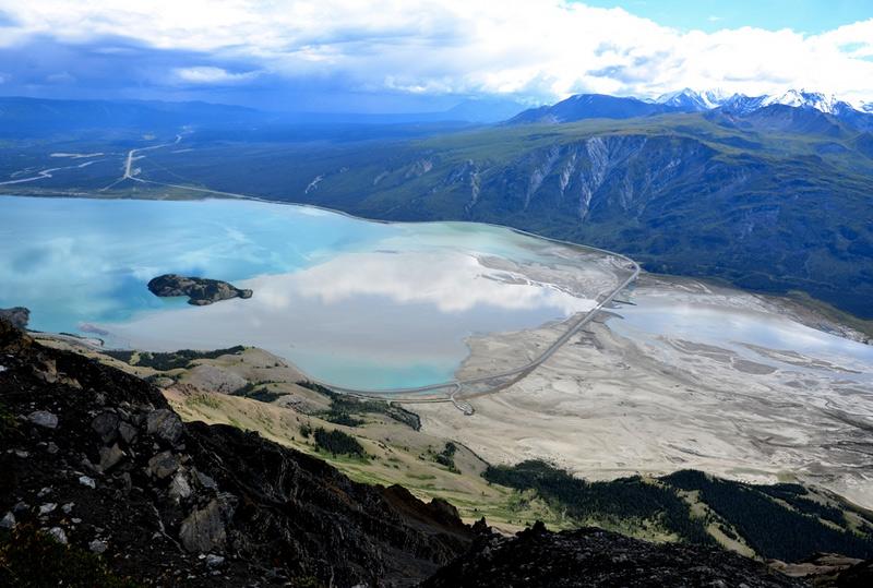 Клуэйн, Рангел — Сент-Элайас, Глейшер-Бей и Татшеншини-Алсек, Канада/Аляска Система парков разместилась на границе двух стран: в Канаде и в США, штат Аляска. На территории парков находятся ледники, представляющие собой самое крупное скопление льдов за пределами полярных зон, а также самые высокие и массивные горы Канады. В силу значительных размеров, перепадов высот и близости океана для этих мест свойственен весьма разнообразный климат, а вместе с ним — богатая флора и фауна.