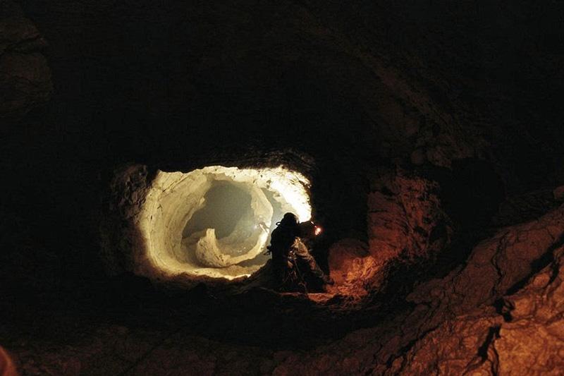 В 2005 году в рамках очередной экспедиции УСА для уточнения глубины пещеры было проведено гидронивелирование. Серия последующих экспедиций соперничающих команд Cavex и УСА занималась проныриванием донных сифонов, несколько раз увеличивая глубину пещеры.