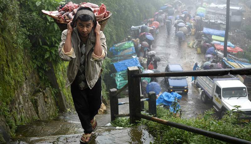 Черапунджи, Индия Черапунджи — одно из самых дождливых и влажных мест на Земле. Среднее количество осадков составляет 12 000 мм в год. Из-за обильных дождей местные почвы имеют низкую плодородность. Численность городка составляет чуть более 10 тысяч человек.
