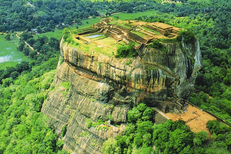 Сигирия, Шри-Ланка Над окружающей равниной скала возвышается на 170 метров. Монолит образовался в результате вулканических процессов и выброса магмы, предположительно происходивших около 2 млн. лет назад. На вершине горы когда-то располагался дворец-цитадель. Сейчас от дворцового комплекса остались только лапы льва у подножия монолита. С 1982 года Сигирия находится под охраной ЮНЕСКО как памятник Всемирного наследия.
