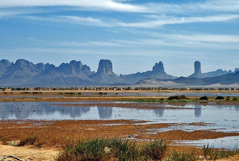 Унианга, Чад Группа озер в северо-восточном Чаде, состоит из 18 связанных между собой озер общей площадью примерно 20 кв.км. Это уникальная для пустынь Земли гидрологическая система: вода в них пресная, поскольку питание озерам обеспечивает водоносный горизонт, расположенный у подножия песчаникового плато, которое находится в 50-80 км. к северу от озер; тростник, растущий в озерах в больших количествах, замедляет скорость испарения воды. Исследователи предполагают, что озера являются остатками более крупного по размерам озера, существовавшего во «влажную» эпоху Сахары, которая завершилась около 5500 лет назад.