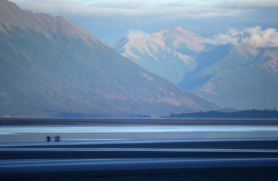 Анкоридж, Аляска Не самое очевидное, но от этого не менее популярное место для серфинга. Волны в заливе достигают трехметровой высоты — именно за этим сюда и едут любители экстремального спорта. Скорость прилива впечатляет не меньше: 20 км/ч по отвесной стене падающей в пропасть океана воды смутят кого угодно.