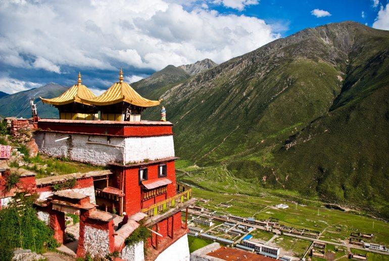 Стервятник-санитар Так называемые «небесные похороны» практикуются в Тибете и Монголии. Живущие здесь люди верят в переселение душ — тело, мол, пустой сосуд. Чтобы бренная оболочка не мешала бессмертному духу в его путешествии, ее необходимо уничтожить. Делается это очень просто: труп сбрасывается со скалы в долину, где обитает множество стервятников. Даже в 21 веке такой тип похорон выбирают целых 80% тибетцев.
