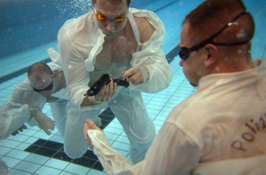 Подводная тренировка немецкого SWAT Локация: БерлинГод: 2005 Немецкие полицейские, решившие поступить на службу в специальное полицейское формирование SEK (Spezialeinsatzkommando) должны уметь собирать свое табельное оружие даже под водой. Выныривать, пока не соберешь, строжайше запрещено.