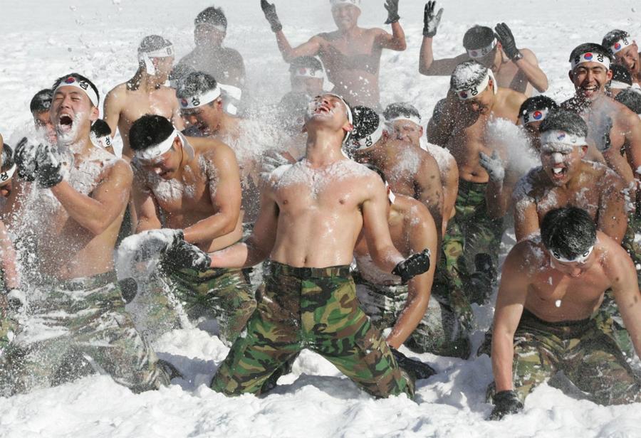 Горная тренировка спецназа Южной Кореи Локация: Пхёнчан, Южная КореяГод: 2007 Намыливание друг друга снегом помогает солдатам увеличить как физическую выносливость, так и психологическую стойкость. И сохраняет заряд бодрости на весь день.