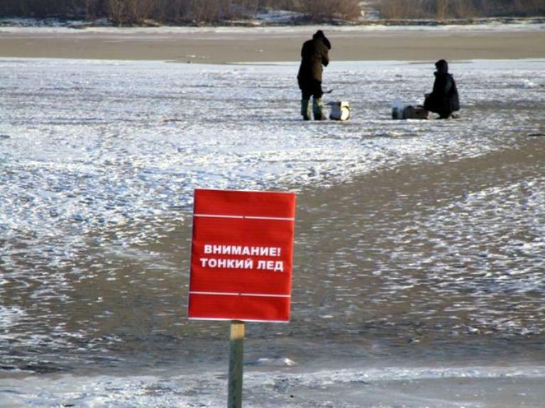 Толькоспокойствие Итак, если вы провалились под лед, не нужно паниковать и бесцельно барахтаться, тратя энергию. Как правило, провалившийся под лед человек не окунается в воду с головой. У него в запасе есть от 4 до 10 минут, за которые он должен постараться спасти себя. Потом на спасение может просто не хватить сил.