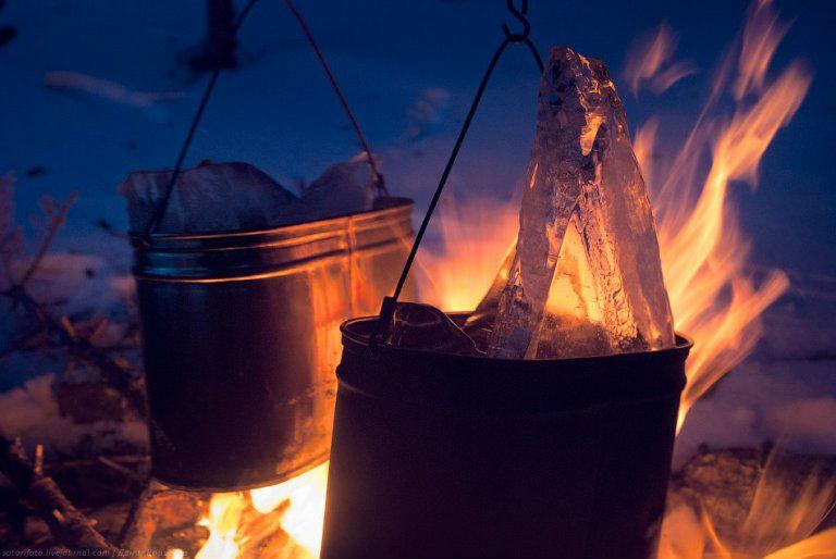 Действия при переохлаждении Как только доберетесь до укрытия, разведите огонь и согрейте себе горячее питье. Не сидите близко к огню и завернитесь в спальник. После того как вы отдохнете пару суток в тепле и покое, все должно благополучно завершиться.