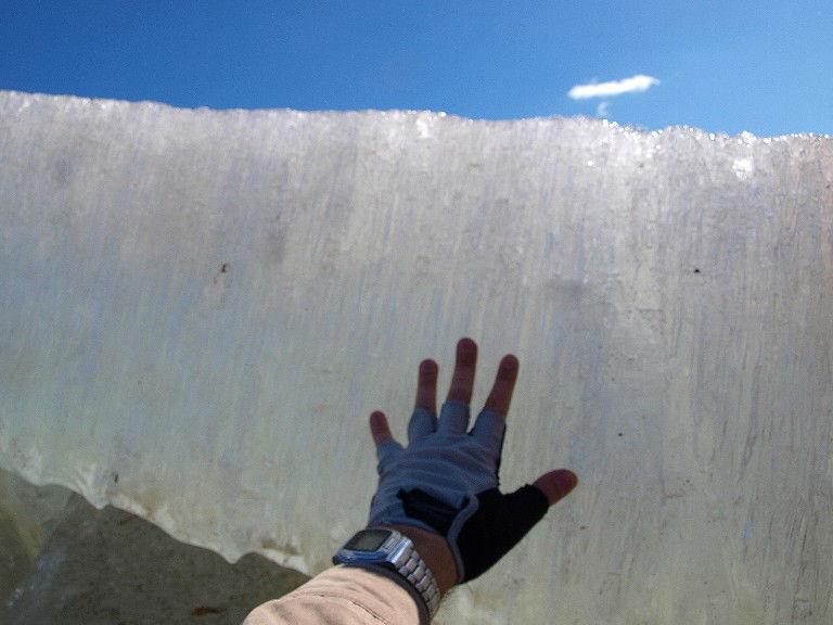 Направление отступления Всегда выбирайтесь в том направлении, откуда пришли. По крайней мере, там лед вас точно держал. Правда, будет ли держать теперь – неизвестно, но провалившись под тонкий лед, вы, скорее всего, выберетесь на толстую надежную кромку.