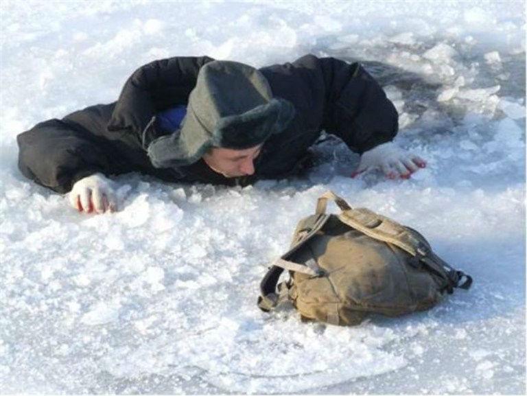 Классические варианты спасения Существует несколько способов залезть на лед из воды: ползком на животе, пытаясь вытянуть себя на руках; ну или же лечь на спину и, отталкиваясь руками и ногами, выкинуть себя на ледяную поверхность. Но эти методы не всегда надежны – плавать среди расколотых льдин весьма проблематично, а скользкий лед редко дает возможность нормально зацепиться за него и вылезти.