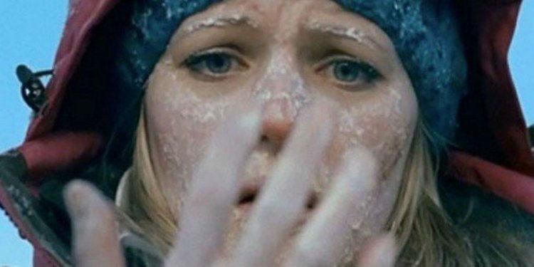 Опасность обморожения Даже если на улице стоит плюсовая температура, ваши руки в первую очередь пострадают от переохлаждения, если вы находитесь в воде, вплоть до серьезного обморожения. Если перчатки потеряны, необходимо натянуть рукава свитера на кисти рук и ни в коем случае не держаться за лед голыми руками.