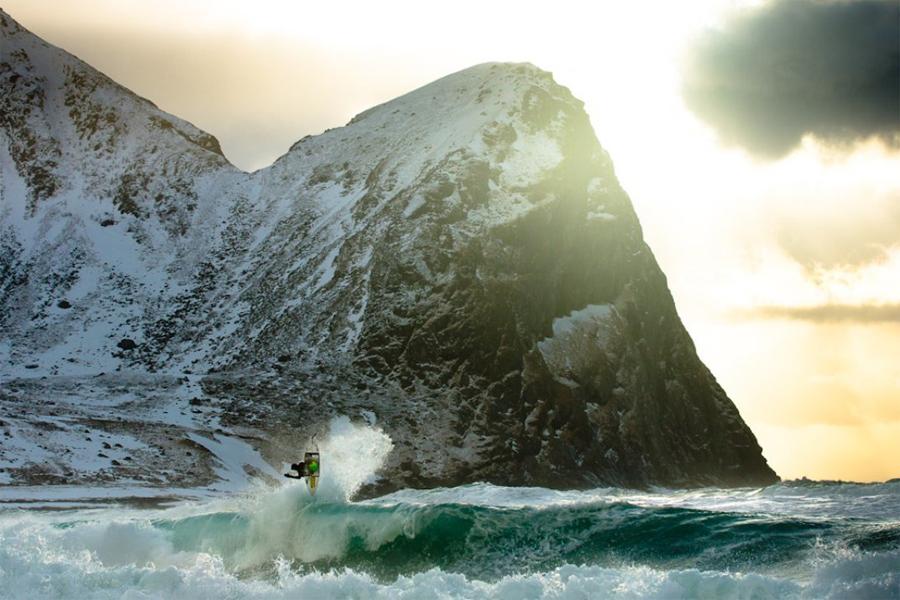 Лофотенские острова, Норвегия Этот кластер горных островов — одно из самых известных мест в мире для зимнего серфинга. Тут расположено множество удобных, закрытых бухт, где гуляют совершенно шикарные волны. Пляж под названием Unstad оборудован профессиональной серфинг-станцией: снаряжение в аренду, инструктор и небольшие кабинки для ночевки.