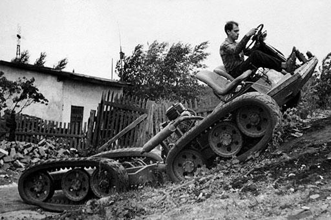 Модель НАМИ С-3 1954 год Модель НАМИ С-3 предназначалась для офицерского состава действующей армии. По задумке конструкторов, машина должна была не только уверенно чувствовать себя в грязи и на снегу, но и бесшумно двигаться по дорогам общего пользования. Вездеход умел развивать крейсерскую скорость до 60 км/ч. Но снежная целина оказалась для модели непреодолимым препятствием: машина буксовала и проваливалась.