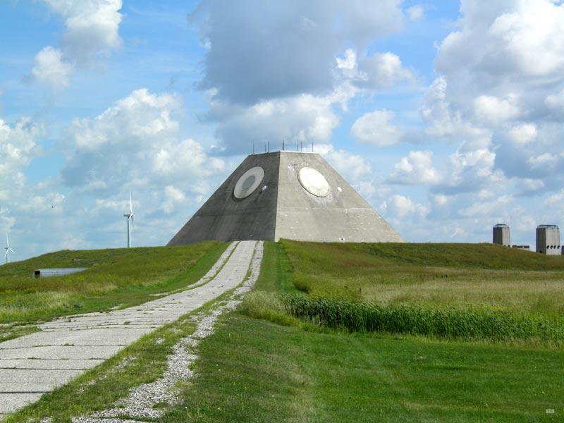 Некома Северная Дакота, США По совершенно непонятным причинам эта военная база была выстроена в форме пирамиды. Внутри до сих пор осталось устаревшее радарное оборудование. Здесь же раньше размещалась система противовоздушного реагирования.