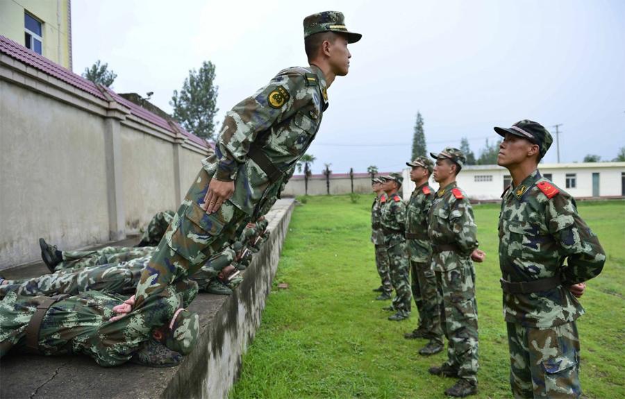 Тест на доверие полицейской академии Локация: Чучжоу, КитайГод: 2013 Но солдатам нужно быть хорошо подготовленным не только физически, но и психологически. Например, эти китайские полицейские, обучаемые по военным стандартам, проходят, таким образом, подготовку на доверие к своим коллегам.
