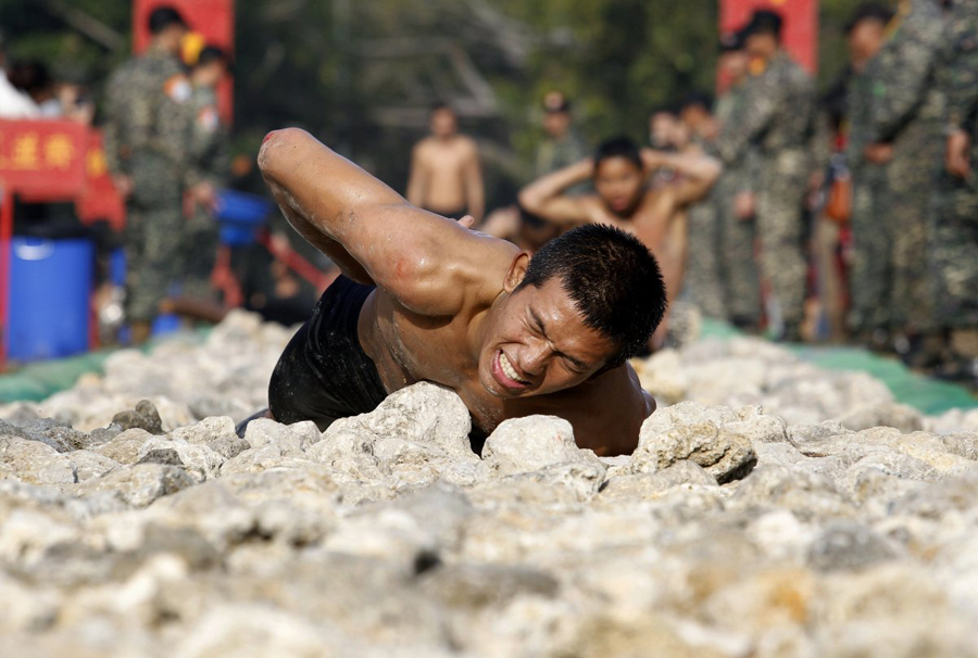 Программа тренировок «Амфибия» Локация: Гаосюн, ТайваньГод: 2011 Тайваньская «Дорога на Небеса» является последним испытанием для кандидатов в морпехи и наверно, одним из самых жестких, за всю историю вооруженных сил. Перед тем как стать настоящим морским пехотинцем, тайваньский кадет должен проползти 50 метров по камням и кораллам под пристальным взглядом своих товарищей.