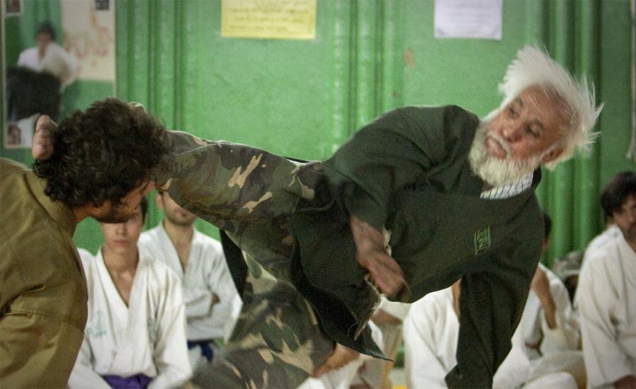 Подготовка спецназа к службе в Басидже Локация: ТегеранГод: 2010 Несмотря на то, что военизированная организация Басидж состоит из гражданских добровольцев, их тренировки проходят довольно в довольно жестком темпе.