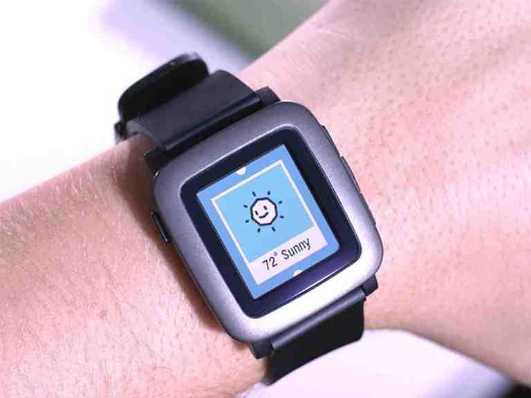 Дизайн Pebble Time обзавелись новым внешним видом. Е-paper дисплей теперь заключен в металлическую рамку. Корпус нового продукта Pebble тоньше предыдущих моделей, и в толщину достигает 9,55 мм. Time доступен в трех расцветках: белой, красной и черной. Используемый в часах ремешок имеет стандартный размер (22 мм) и легко заменяется. Интегрированный в корпус микрофон позволит создавать голосовые заметки и диктовать сообщения.