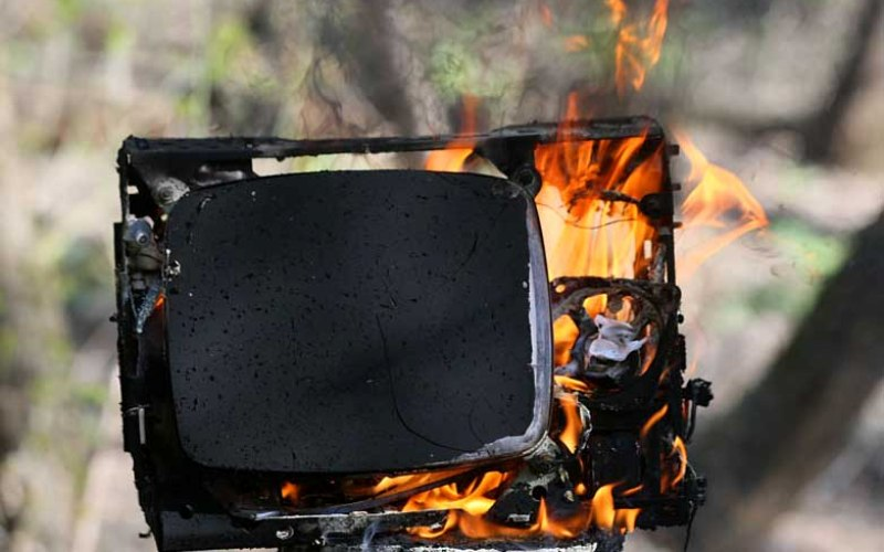 Как потушить горящий электроприбор Правило старо как мир, но почему-то многие о нем забывают: не беритесь за провода электроприборов мокрыми руками! И, кстати говоря, заливать горящие электроприборы водой тоже нельзя. Тушите пожар, закидывая огонь землей или песком.