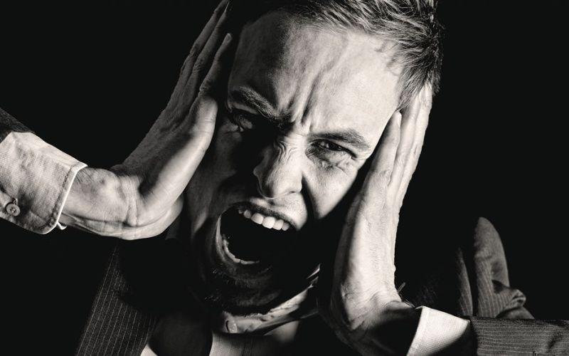 Не игнорируйте эмоциональную боль Наш организм эволюционировал таким образом, чтобы физическая боль служила сигналом о проблеме. С эмоциональной болью дело обстоит точно также. Если вы или ваш друг пережили психическую травму, не нужно замыкаться в себе, и делать вид, что все в порядке – необходимо сразу принимать меры.
